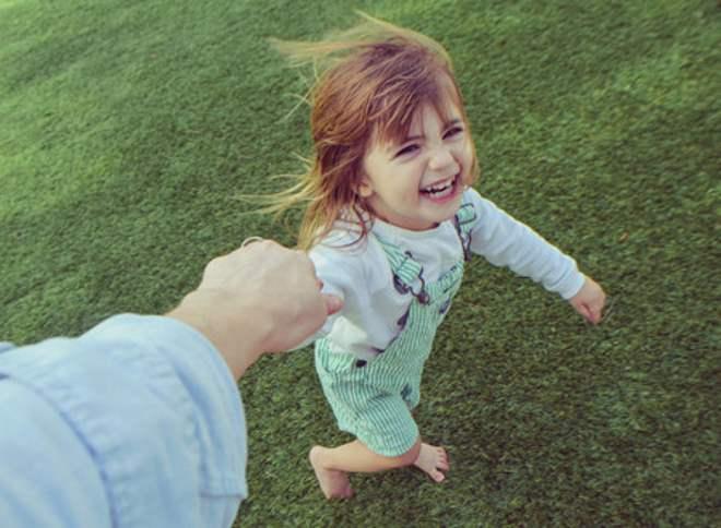 crianca-brincando-toca-lola
